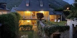 Grange rénovée sur 2 étages avec un jardin clos dans le quartier historique de Luz saint Sauveur