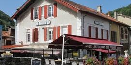 Petit hôtel au milieu d'un village typique des Pyrénées