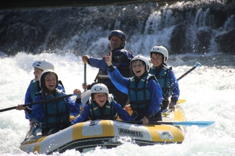 13-ASCMID065FS0007O-Pavillon-des-sensations-enfants-heureux-rafting-pyrenees.JPG