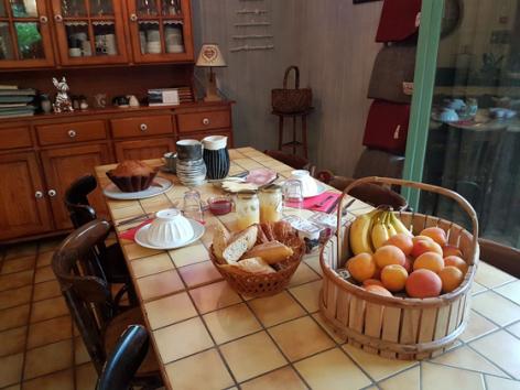1-tablepetitdejeuner-grangeaubois-viella-HautesPyrenees.jpg
