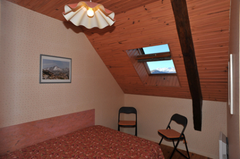 3-chambre2grandgite-catel-vierbordes-HautesPyrenees.jpg