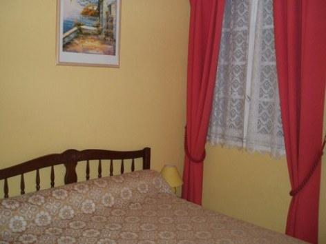 5-chambre2-batmaison-argelesgazost-HautesPyrenees.jpg.JPG