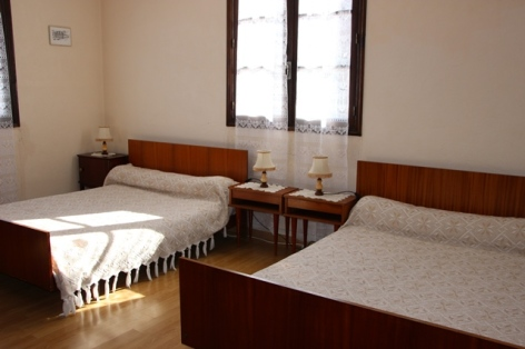 3-chambre-2-lits-6-personnes.JPG