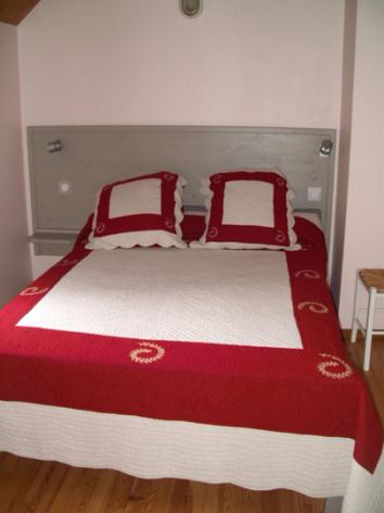 3-chambre1-theil-esterre-HautesPyrenees.jpg