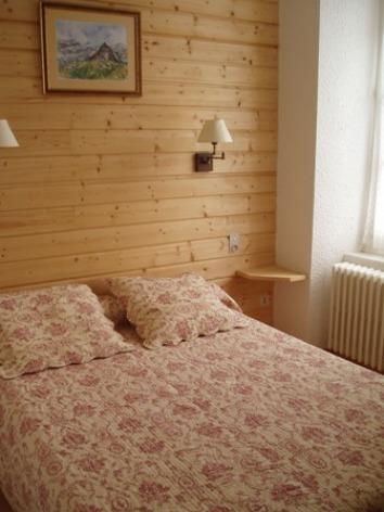 2-chambre2-rodeappart-argelesgazost-HautesPyrenees.jpg