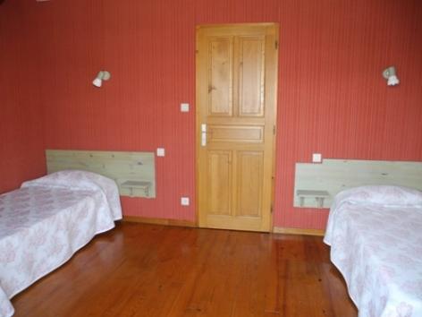 2-chambre2-habatjou1-ayzacost-HautesPyrenees.jpg