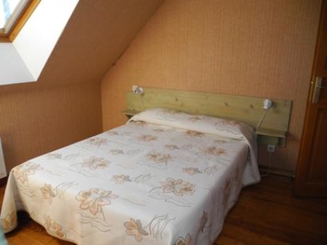 3-chambre-habatjou1-ayzacost-HautesPyrenees.jpg