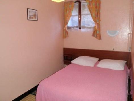 6-chambre1-guiraudatarcosrdc-ayzacost-HautesPyrenees.jpg