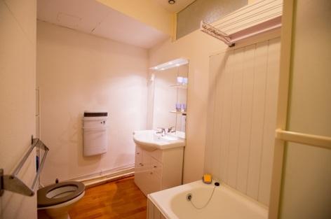 5-Salle-de-bain-appartement--n-12-wc-en-arriere-plan.jpg