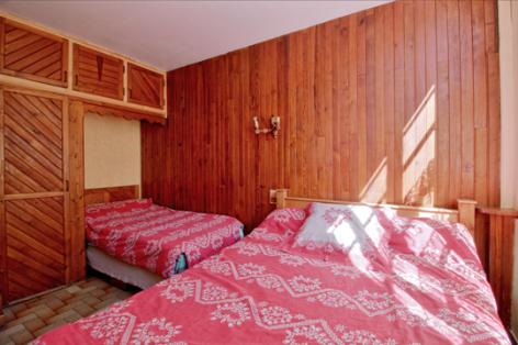 3-chambre2-accornero-esquiezesere-HautesPyrenees.jpg