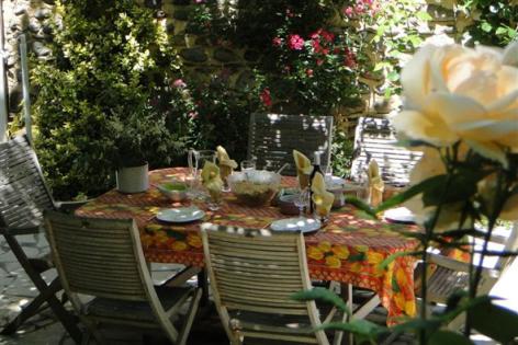 0-HPCH83---Les-jardins-d-hibarette---Diner-en-terrasse2.jpg