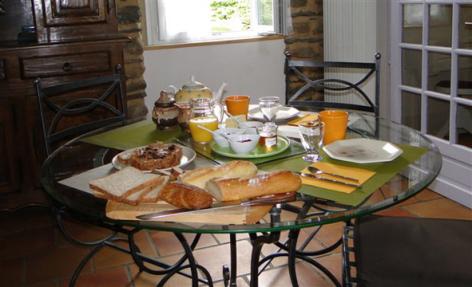 9-HPCH83---Les-jardins-d-hibarette---Petit-dejeuner.jpg