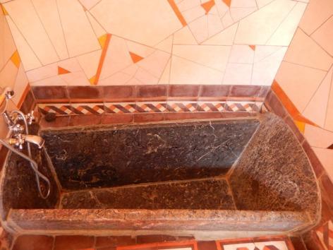 8-HPCH113---Le-Jardin-Secret---baignoire-en-marbre.JPG