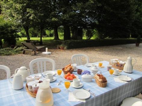 4-petit-dejeuner-terrasse.JPG