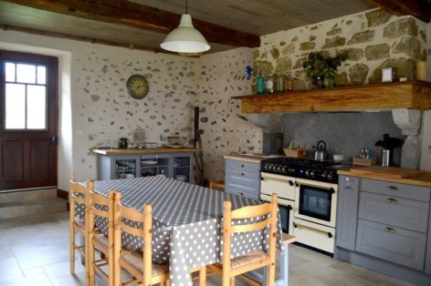 13-HPM140---Gite-Les-Arribourits-coin-cuisine.jpg
