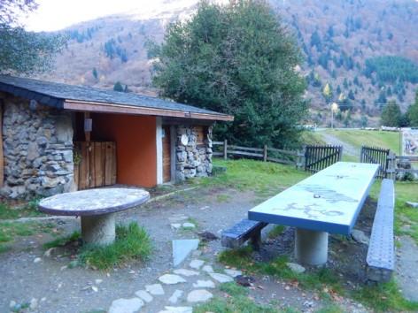 1-HPCH110---Cabane-Vertiges-de-l-adour---table-de-pique-nique--1-.jpg