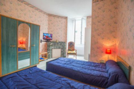 0-Chambre-n-4-vue-armoire-et-fenetre-CATALOGUEpp.jpg