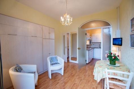 1-Appartement-n-11-lit-en-140-replie-vue-cuisine.jpg