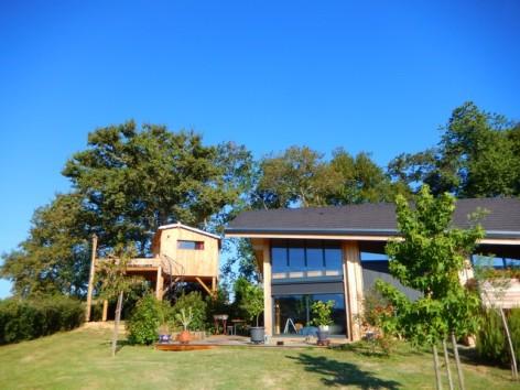 8-HPG141-Cabane-du-FAUCON-vue-d-ensemble-maison-et-cabane.jpg