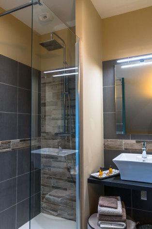 3-Le-Relais-chambre-d-hote-bagneres-de-bigorre-chambre-fleurs-bleues-salle-de-bains.jpg