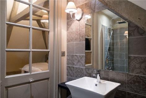 7-Le-Relais-chambre-d-hotes-bagneres-de-bigorre-nid-de-toit-salle-de-bains.jpg