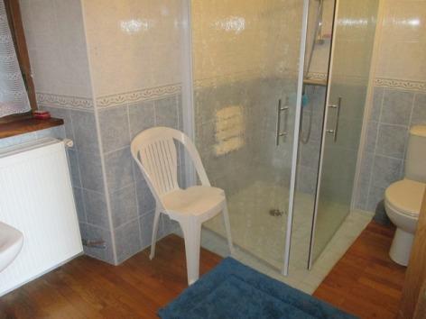 18-Salle-de-bains-privative-rez-de-chaussee-acces-handicapes.JPG