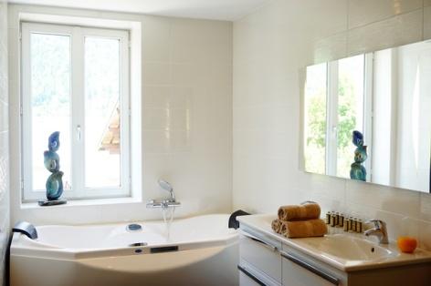 5-Clos-Beaupeillas-Bazus-Aure-baignoire-spa.JPG