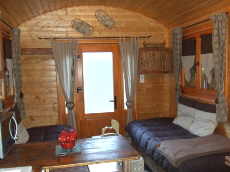 3-CAMPING-ROULOTTE---salon.jpg