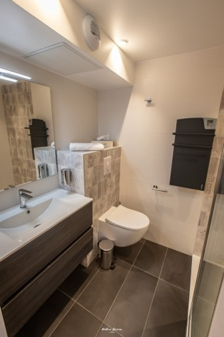 6-BRUN-Chalet-Cosy--Birrien-salle-de-bain-WEB.jpg