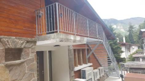 13-brun-chalet-hygge-cocoon-escalier.jpg