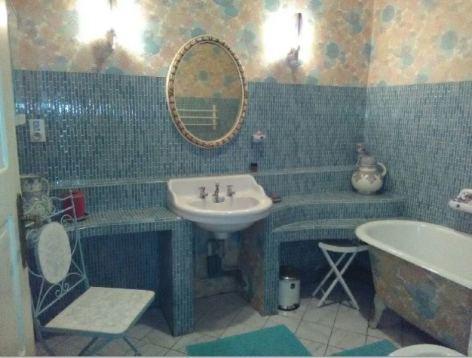 3-SDB-chambre-bleue-et-chambre-fleurs-roses---baignoire.JPG