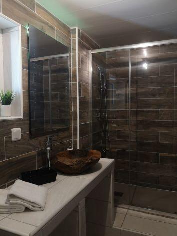 3-Chambre-d-hotes-L-Imprevu-salle-d-eau-jacuzzi.jpg