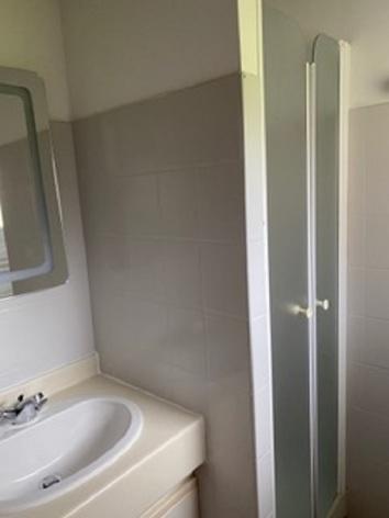 5-salle-d-eau-vue-douche.jpeg