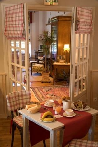 13-tablepetitdejeuner2-hotelbonrepos-jarno-argelesgazost-HautesPyrenees.jpg