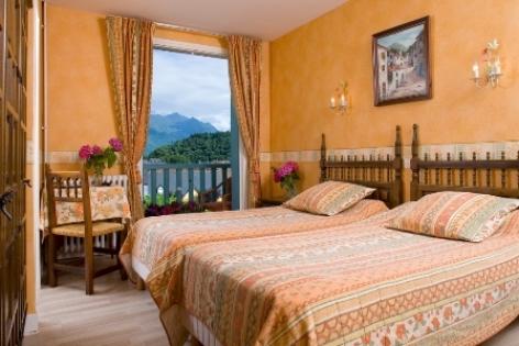 2-chambre1-hotellescimes-argelesgazost-hautespyrenees.jpg