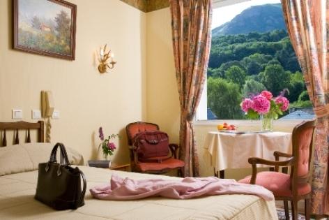 3-chambre2-hotellescimes-argelesgazost-hautespyrenees.jpg