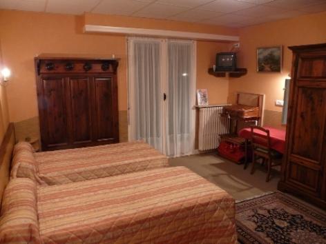 0-Chambre2-hotelprimeros-argelesgazost-hautespyrenees.jpg