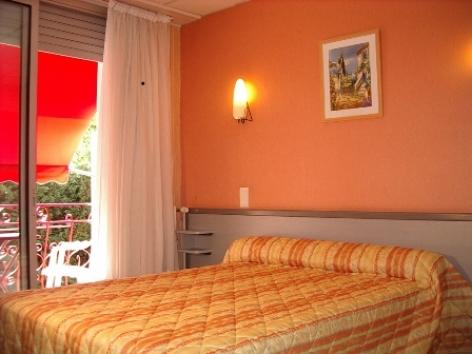 1-chambre1-hotelprimeros-argelesgazost-hautespyrenees.jpg