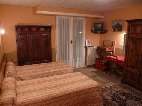 2-Chambre2-hotelprimeros-argelesgazost-hautespyrenees.jpg
