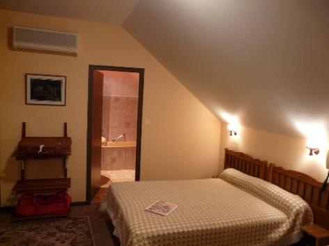 2-Chambre4-hotelprimeros-argelesgazost-hautespyrenees.jpg