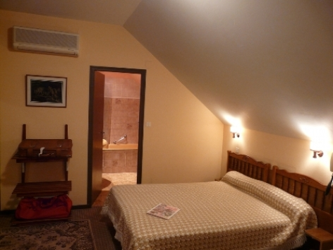 4-Chambre4-hotelprimeros-argelesgazost-hautespyrenees.jpg