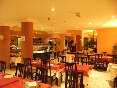 7-sallederestaurant2-hotellespyrenees-argelesgazost-hautespyrenees.jpg