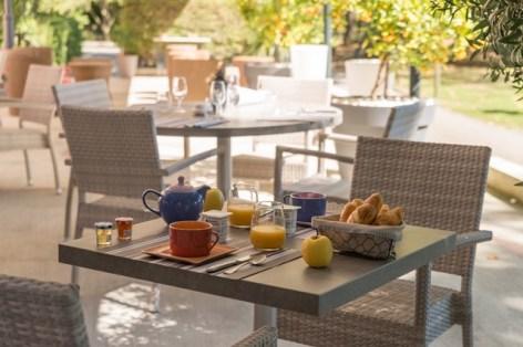 1-Petit-dejeuner-en-terrasse.jpg