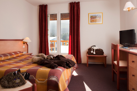 2-chambre1-lemontaigu-esquiezesere-HautesPyrenees.jpg