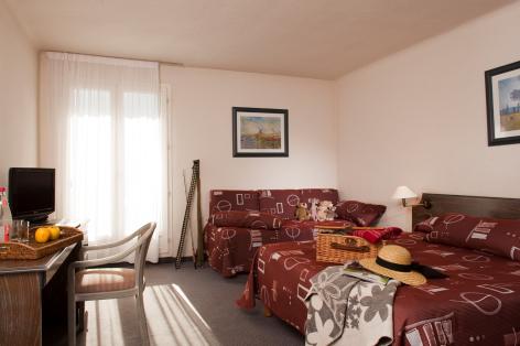 2-chambre2-lemontaigu-esquiezesere-HautesPyrenees.jpg