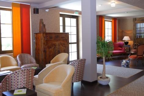 8-HPH20---HOTEL-LA-BRECHE-DE-ROLAND---Gedre---Salon-3.JPG