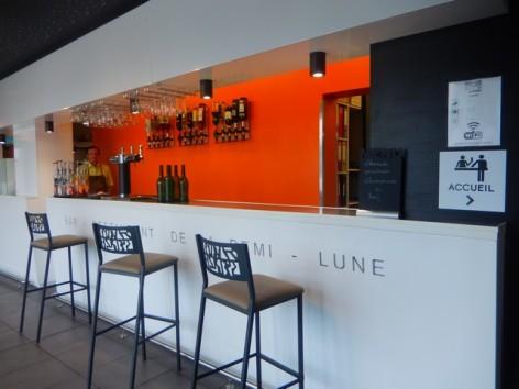 5-HPH129-Hotel-de-La-Demi-Lune-bar.jpg