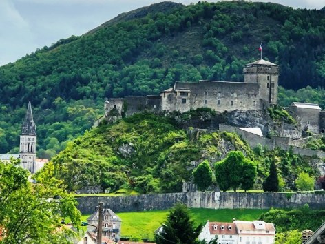 4-Lourdes-hotel-ND-Lorette-vue-chateau.jpg
