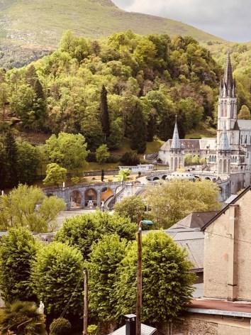 6-Lourdes-hotel-ND-Lorette-vue-sanctuaire-basilique.jpg