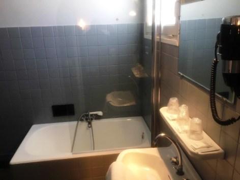 2-Hotel-du-Gave-Lourdes-sdb.jpg